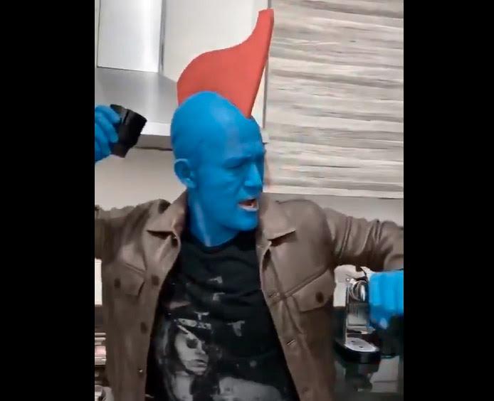 Luis Hernández interpretando a Yondu